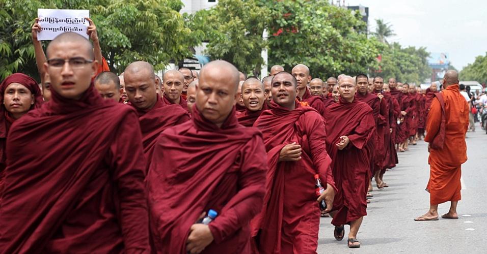 2.set.2012 - Centenas de monges budistas marcharam este domingo em Mianmar pedindo a aprovação da ideia, evocada pelo presidente birmanês Thein Sein, de que a minoria muçulmana rohingya seja expulsa do país ou forçada a se reunir em acampamentos
