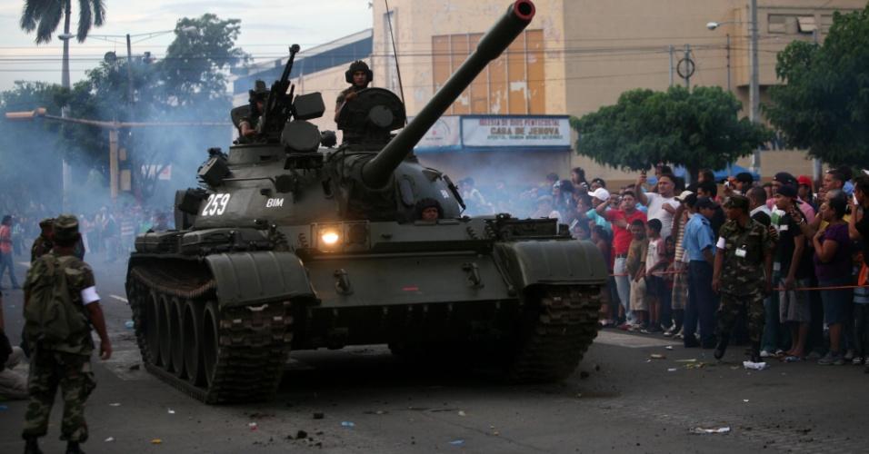 2.set.2012 - Imagem divulgada neste domingo (2), mostra tanque do Exército da Nicarágua durante desfile militar neste sábado (1º) para celebrar o 33º aniversário da corporação