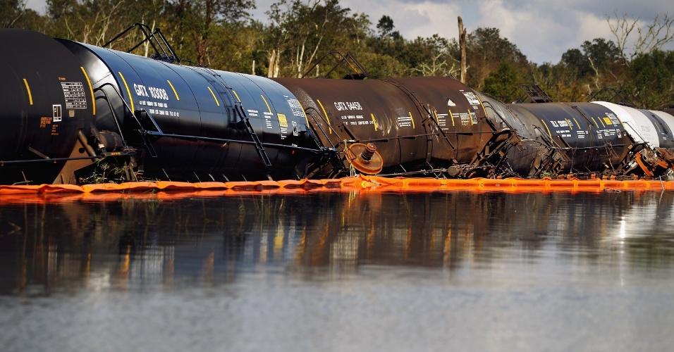"""2.set.2012 - Imagem mostra vagões de trem danificados em área alagada pelo furacão """"Isaac"""", em Braithwaite, na Louisiana (EUA)"""