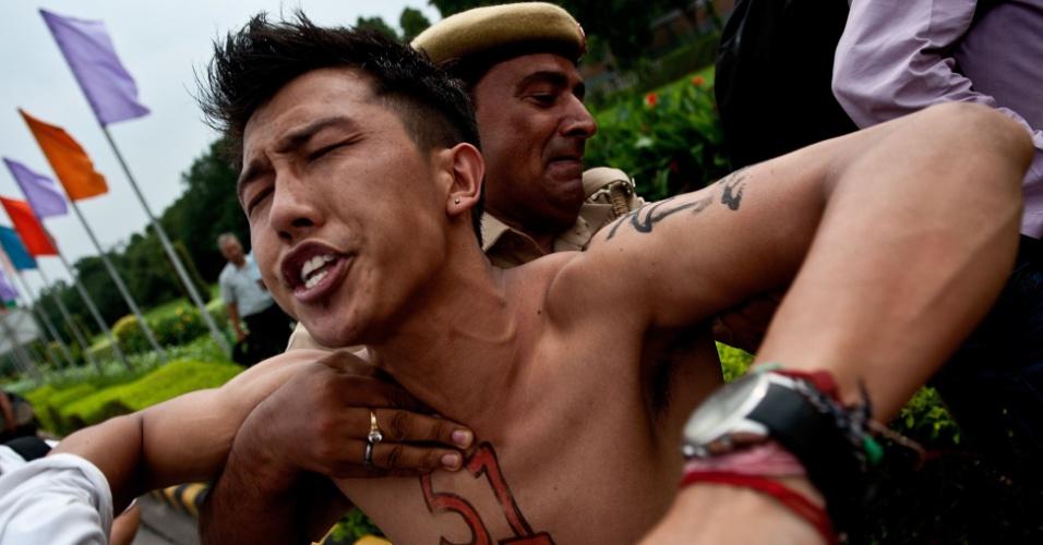 2.set.2012 - Policiais indianos detêm ativistas tibetanos durante um protesto em frente à embaixada chinesa em Nova Déli (Índia), neste sábado (2)