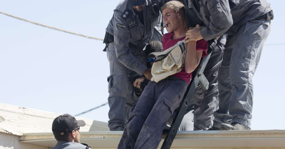 2.set.2012 - Policiais israelenses retiram colonos do assentamento de Migron, na Cisjordânia. Várias famílias estão saindo de terreno palestino para cumprir o prazo de evacuação da Suprema Corte de Israel, que expira em 48h