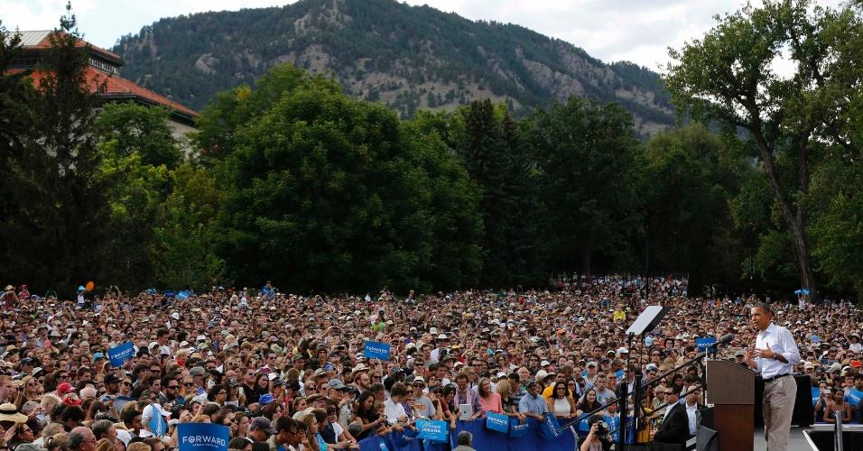 2.set.2012 - Presidente Barack Obama discursa para milhares de ouvintes em evento da campanha presidencial, na universidade Colorado-Boulder, em Colorado (EUA)