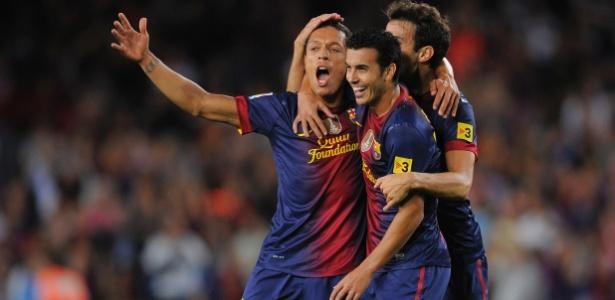 Adriano comemora gol do Barcelona com companheiros