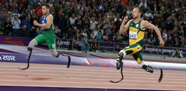 Em Londres, Fonteles (e) venceu Pistorius na prova de 200 m; agora ele é recordista mundial dos 100 m - EFE/JULIAN STRATENSCHULTE