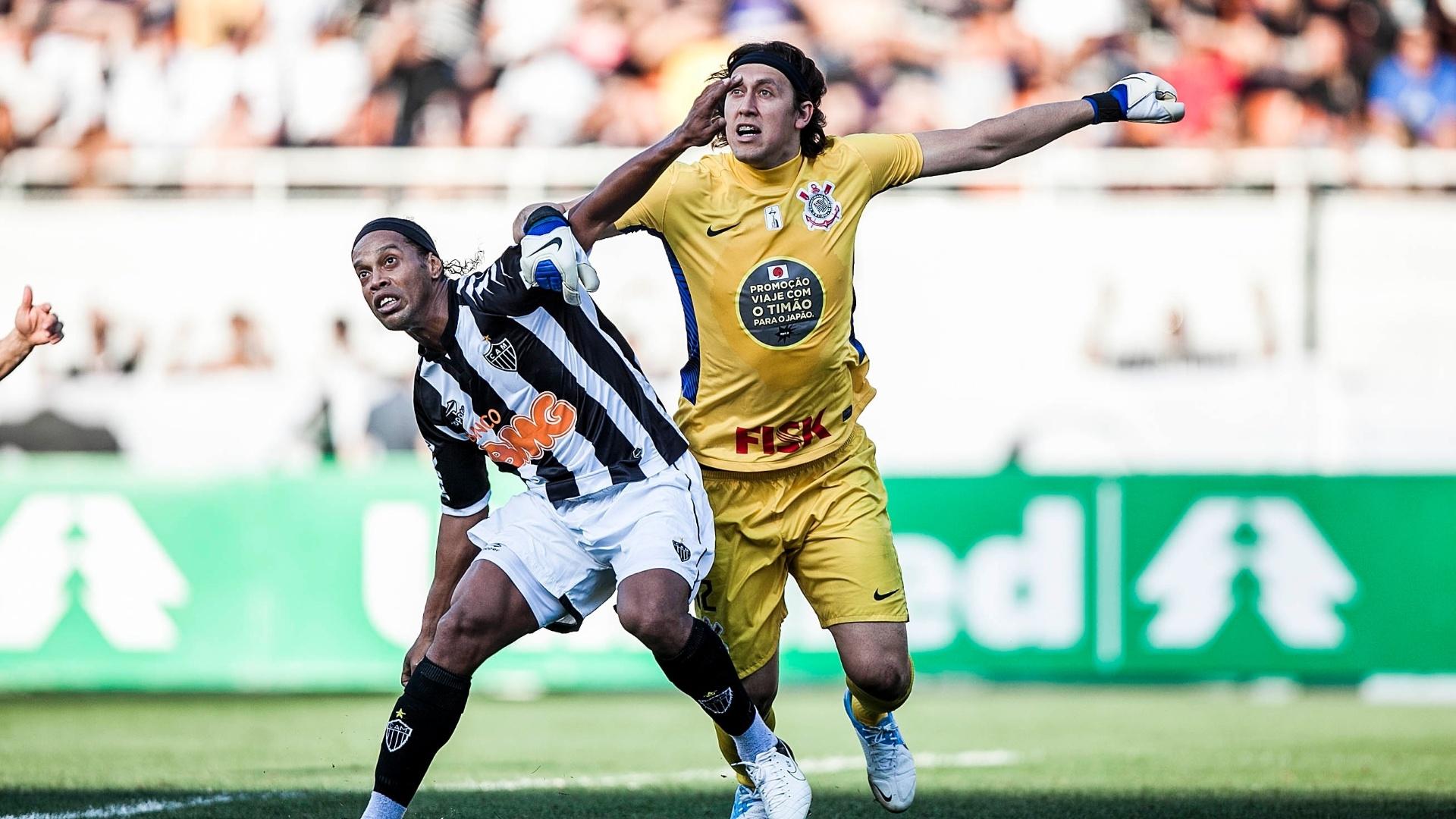 Cássio e Ronaldinho Gaúcho disputam a bola na partida entre Corinthians e Atlético-MG
