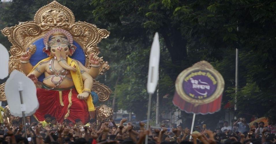 Devotos caminham em procissão com a imagem hindu do deus com cabeça de elefante 'Ganesh', em Mumbai, India, neste domingo (2). A estátua será submersa no mar após o festival de Ganesh, que dura 10 dias