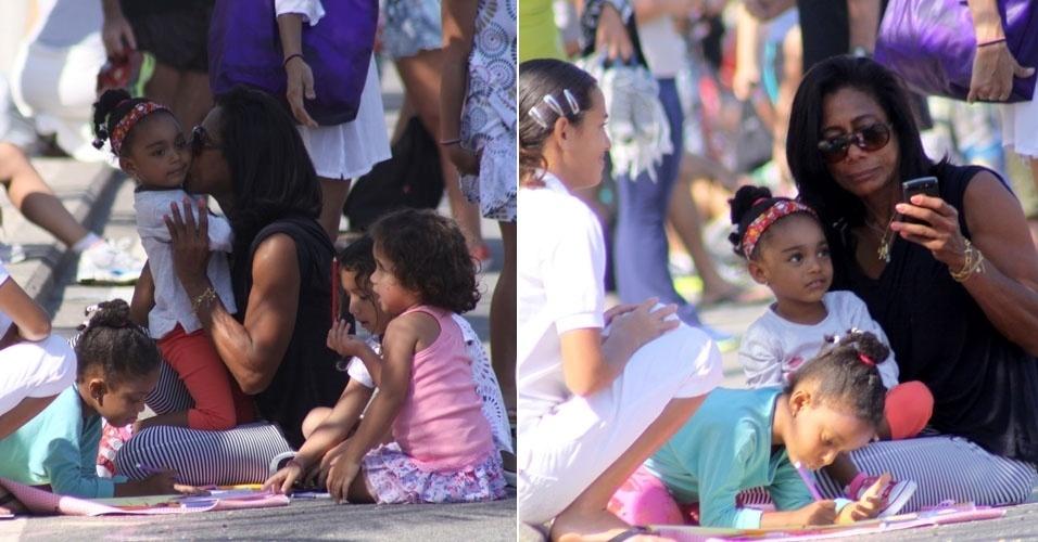 Glória Maria brinca com as filhas na orla do Leblon, no Rio (2/9/12)