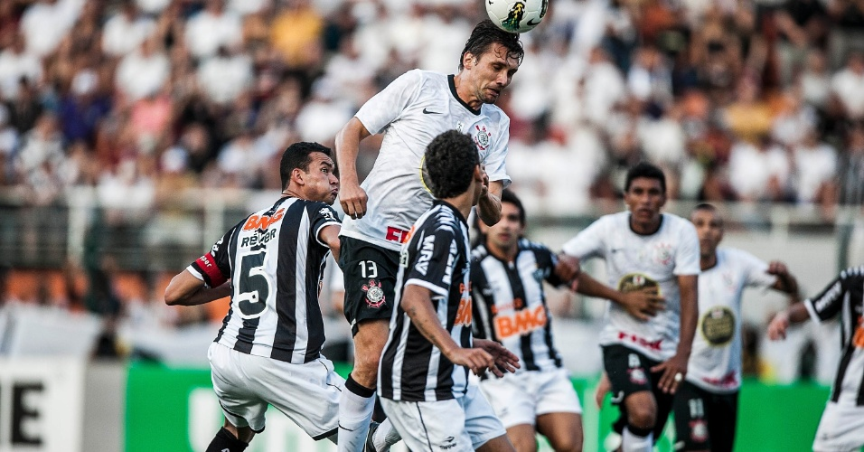 Paulo André cabeceia para marcar o gol do Corinthians contra o Atlético-MG