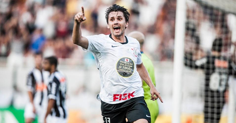 Paulo André comemora gol do Corinthians diante do Atlético-MG