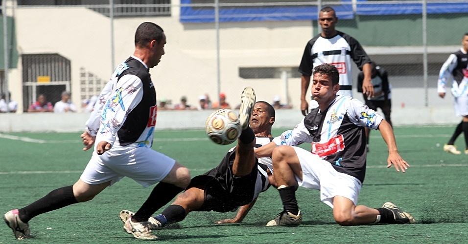Pela série B de São Paulo da Copa Kaiser, o Jardim Brasil (de branco) perdeu para o Existentes por 3 a 2