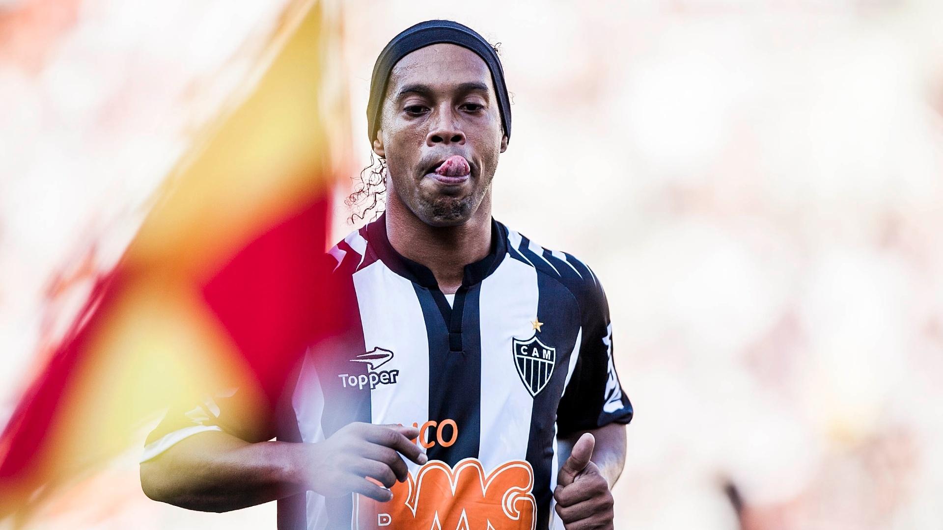 Ronaldinho caminha para cobrar escanteio na derrota do Atlético-MG para o Corinthians por 1 a 0
