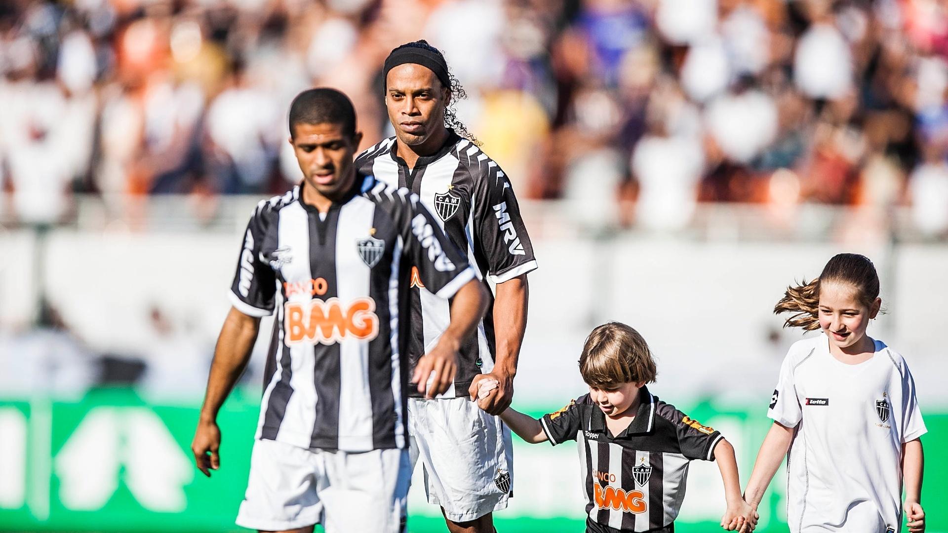 Ronaldinho Gaúcho entra em campo para a partida entre Atlético-MG e Corinthians, no Pacaembu