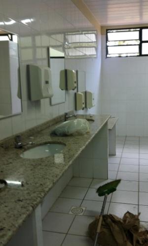 3.set.2012 - A reforma dos banheiros da escola foi documentada pela estudante