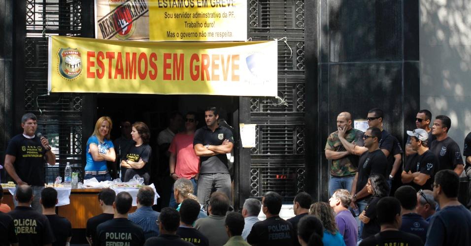3.set.2012 - Agentes da Polícia Federal do Rio de Janeiro fazem manifestação em frente à sede da superintendência da Polícia Federal, no centro do Rio. A categoria, em greve desde o dia 7 de agosto, não aceitou a proposta do governo federal, que ofereceu 15,8% de reajuste ao longo de três anos, e decidiu continuar com a paralisação