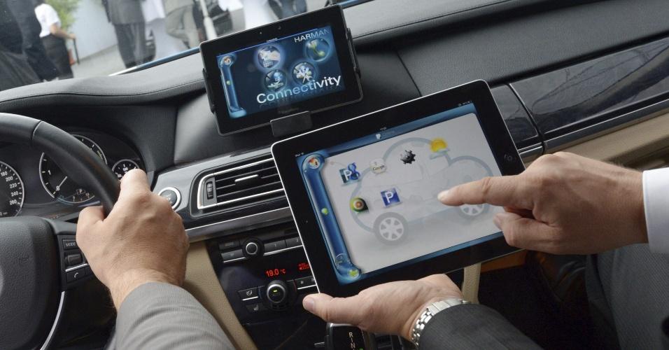 3.set.2012 --Empresa Harman apresenta um dispositivo para carros chamado Connectivity, que funciona quando conectado a outros eletrônicos (smartphone, por exemplo)