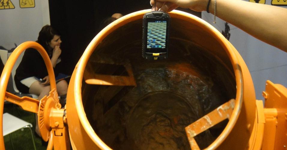 3.set.2012 - Na demonstração feita no estande da revendedora 2020 Mobile, o CAT B10 é jogado e revirado na lama. O aparelho resiste a quedas de até 10 metros de altura (cerca de três andares) e pode ser completamente imerso na água (a uma profundidade de 2 metros). Na Alemanha, é vendido a 379 euros (cerca de R$ 970)
