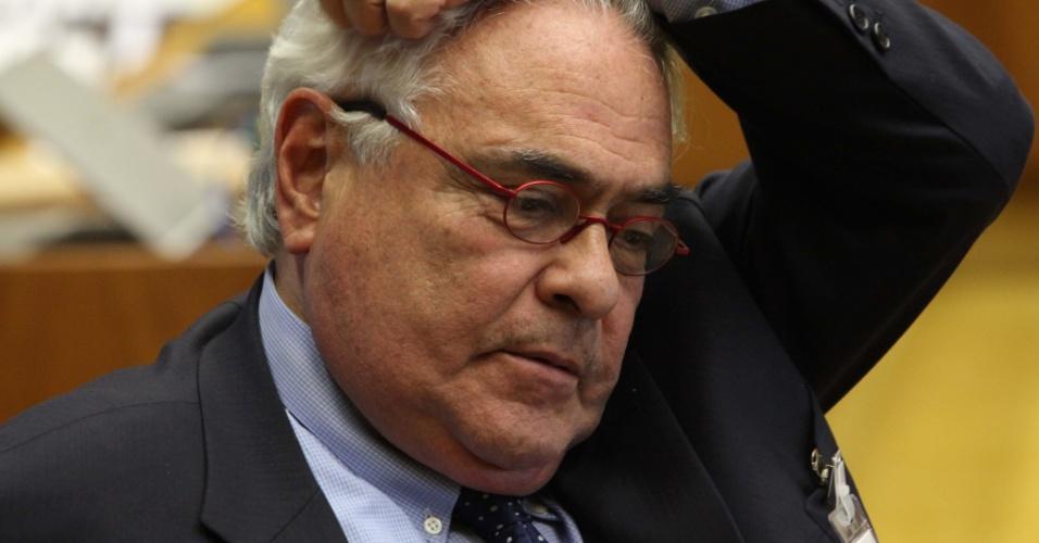3.set.2012 - O advogado José Carlos Dias chega ao plenário do STF, em Brasília, para acompanhar a sessão desta segunda-feira do julgamento do mensalão