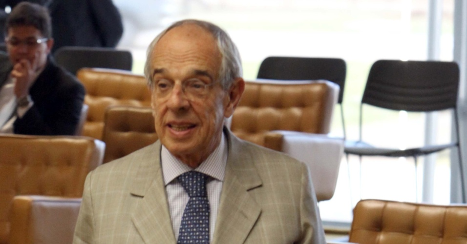 3.set.2012 - O advogado Márcio Thomaz Bastos chega ao plenário do STF para a sessão desta segunda-feira do julgamento do mensalão, em Brasília