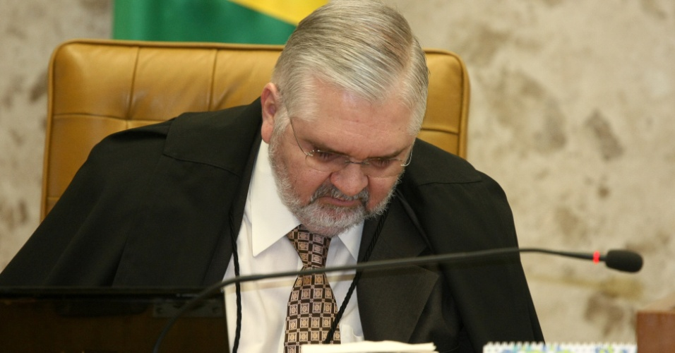3.set.2012 -  O procurador geral da República, Roberto Gurgel, acompanha a sessão desta segunda-feira (3) do julgamento do mensalão no plenário do Supremo Tribunal Federal (STF), em Brasília