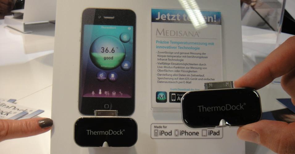 3.set.2012 - O ThermoDock é um pequeno termômetro que pode ser acoplado, por exemplo, ao iPhone. Não é preciso encostá-lo na pele: basta aproximar o dispositivo da testa que ele já mede a temperatura. Preço: 80 euros (cerca de R$ 200)