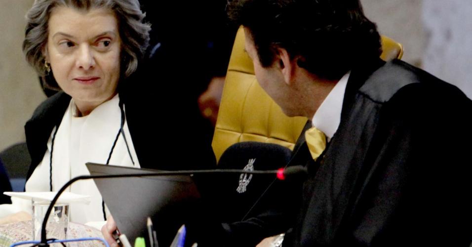 3.set.2012 - Os ministros Cármen Lúcia e Luiz Fux durante a sessão desta segunda-feira (3) do julgamento do mensalão, em Brasília