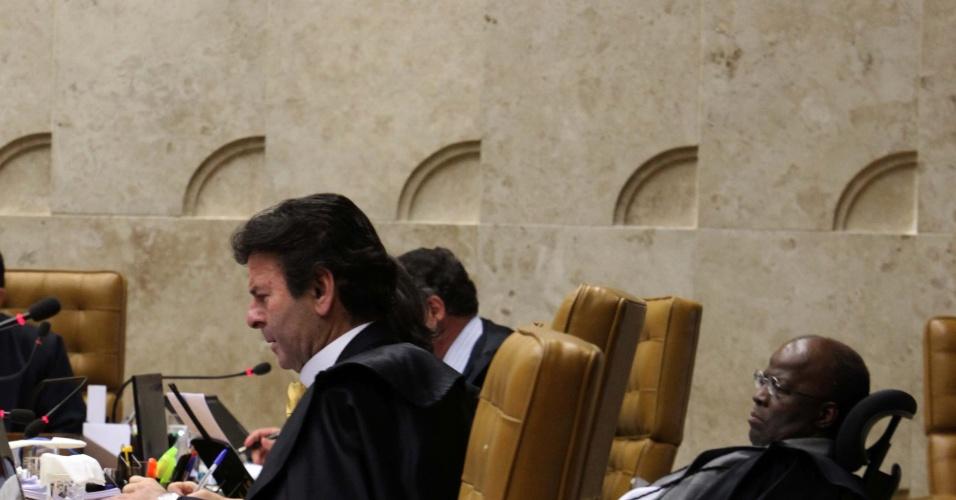 3.set.2012 - Os ministros Luiz Fux, Joaquim Barbosa e Marco Aurélio Mello acompanham o voto do ministro revisor do processo do mensalão, Ricardo Lewandowski, na sessão desta segunda-feira (3), no STF, em Brasília