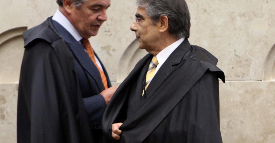 3.set.2012 - Os ministros Marco Aurélio Mello e Ayres Britto chegam ao plenário do STF para a sessão desta segunda-feira do julgamento do mensalão, em Brasília