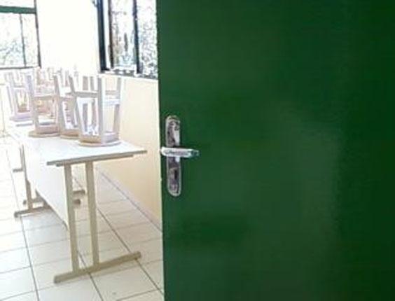 3.set.2012 - Segundo a estudante, todas as portas quebradas já foram trocadas