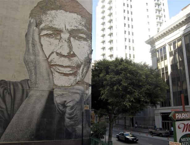 Artista português Alexandre Farto estampa rostos anônimos em muros de grandes cidades (1/9/12) - EFE
