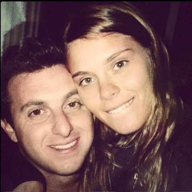 Carolina Dieckmann publica foto para parabenizar Luciano Huck (3/9/2012)