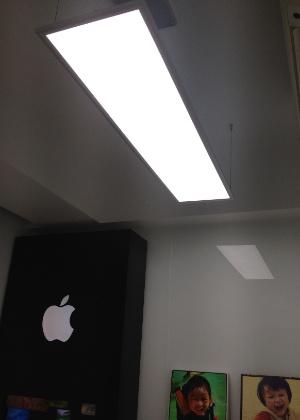 David Wu teve até o cuidado de comprar luminárias parecidas com as utilizadas na Apple Store