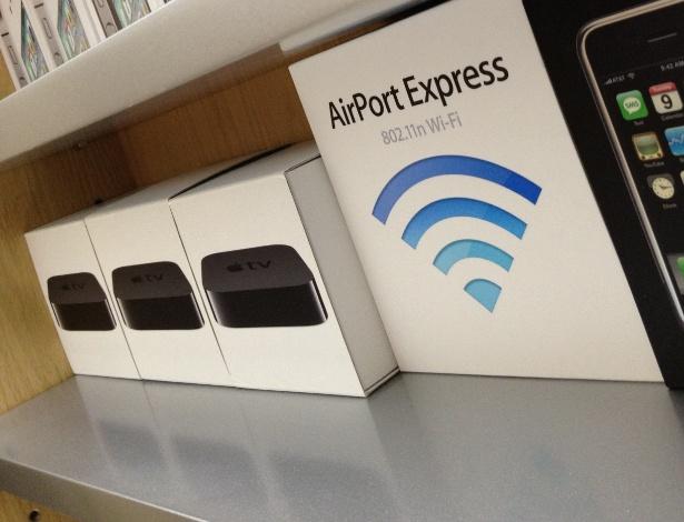 Detalhe da prateleira com várias caixas de produtos da Apple. Segundo David Wu, a maioria das caixas foram de produtos adquiridos por ele