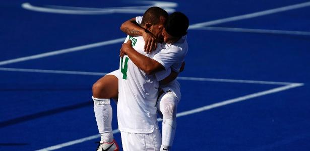 Fabio e Zeca comemoram gol do Brasil na vitória por 8 a 0 sobre os EUA no futebol de 7