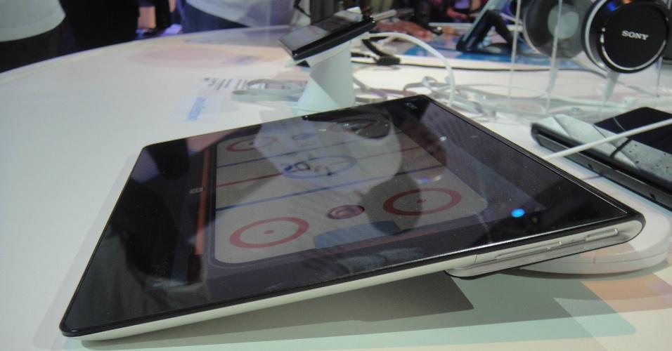 Fora o hardware mais potente, o Xperia Tablet S ganhou pequenos retoques no design. Pequenos mesmo: seu peso passou de 598 g para 585 g; nas dimensões, parece mais alongado.