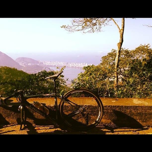 Luciano Huck começa dia do seu aniversário com pneu da bike furado (3/9/2012)