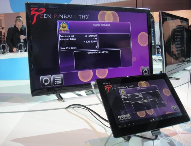 Novo conector do Xperia Tablet S permite integração com a TV via cabo HDMI ou em caixas de som. Porém, o usuário continua conseguindo conectar o tablet sem cabos, via Wi-Fi, com outros produtos da fabricante via tecnologia Sony Link (Joga Aí)