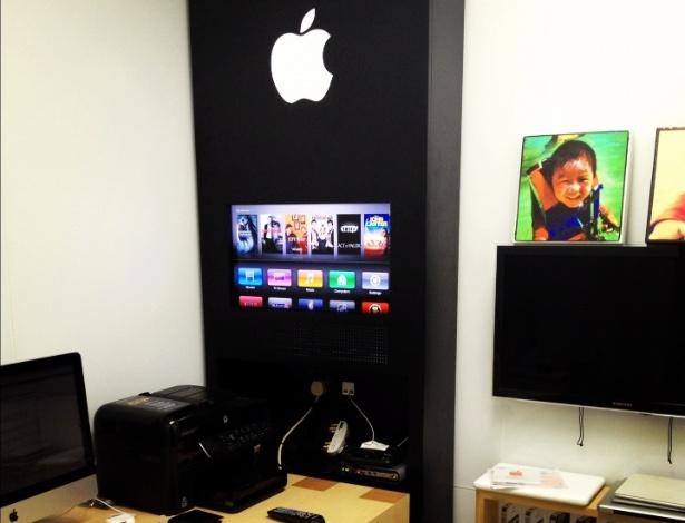 O chinês David Wu fez uma réplica de uma Apple Store em seu escritório em casa. No detalhe, um painel com um televisor ligado a uma Apple TV e prateleiras com caixas de produtos da Apple