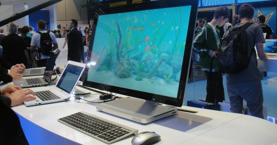 4.set.2012 - O Idea Centre A520 da Lenovo é mais um computador tudo-em-um recém-lançado já para ser vendido com Windows 8. O aparelho tem capacidade de armazenamento de 1TB (terabyte), além de trazer processador Core i7 e tela de 23 polegadas