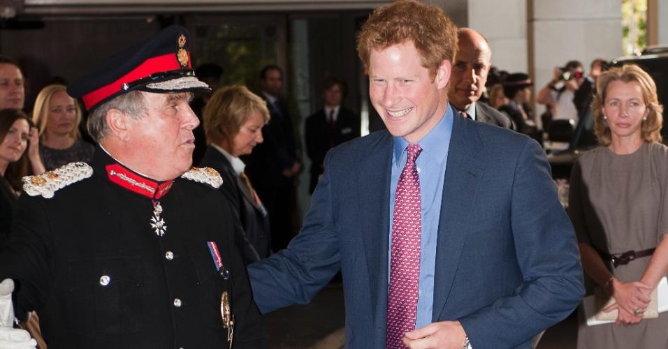 Príncipe Harry faz primeira aparição pública depois que fotos em que aparece nu vazaram na internet (3/9/12)