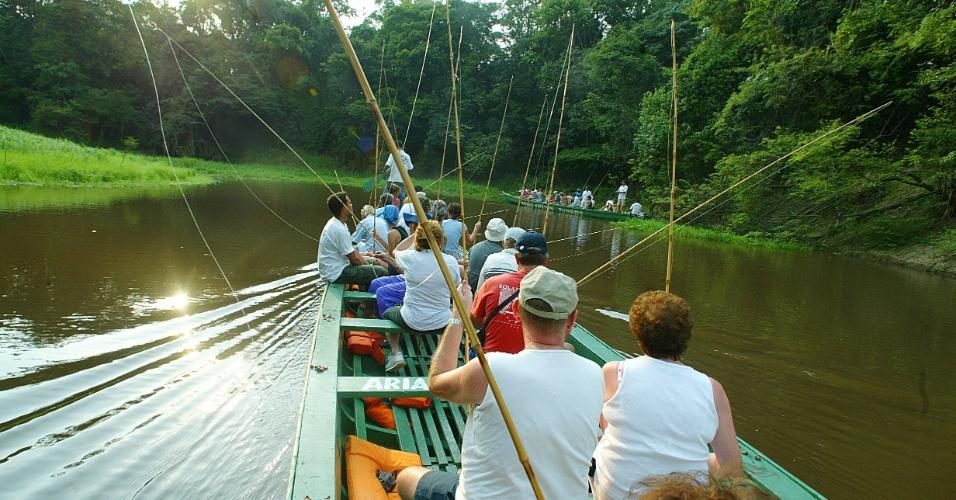 04.SET.2012 - Turistas pescam piranhas no rio Aria