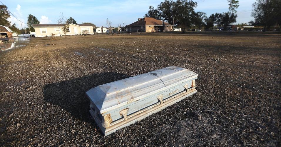 04.set.2012 - Um caixão é visto em área residencial em Braithwaite, na Louisiana (EUA), após ser desenterrado e arrastado pelos fortes ventos e as inundações provocados pelo furacão Isaac. Os prejuízos provocados pela passagem do furacão no Estado podem ultrapassar US$ 2 bilhões, segundo as primeiras estimativas de seguradoras. A foto foi tirada nesta segunda-feira (3) e divulgada nesta terça (4)