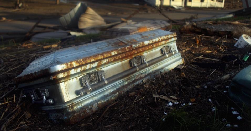 04.set.2012 - Um caixão é visto em área residencial em Braithwaite, na Louisiana (EUA), após ser desenterrado do cemitério da cidade e arrastado pelos fortes ventos e as inundações provocados pelo furacão Isaac. A foto foi tirada nesta segunda-feira (3) e divulgada nesta terça (4)
