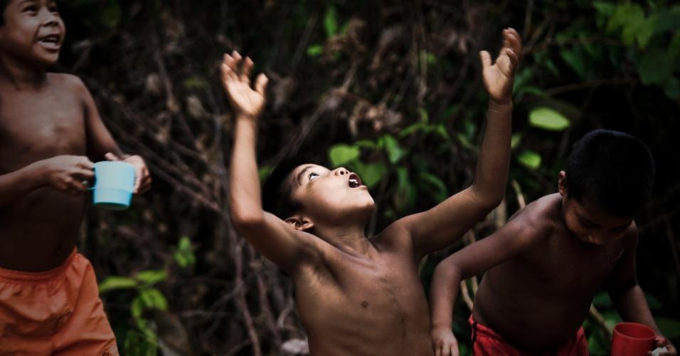 04.set.2012 [ foto de arquivo] - Crianças indígenas da etnia Tuiuca caçam formigas tanajura na comunidade de São Pedro, no rio Tiquie, no noroeste da Amazônia