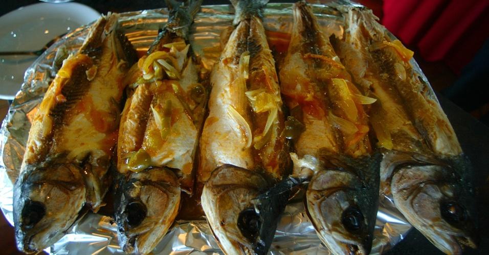 04.set.2012 [ foto de arquivo] - Peixe na brasa é uma das refeições típicas da região