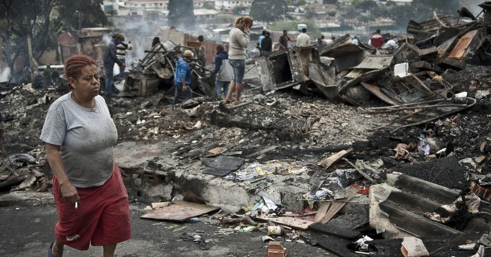 4.set.2012 - Moradores da comunidade Sônia Ribeiro, conhecida como favela do Piolho (SP), atingida por um incêndio na tarde de ontem (3), tentam recolher pertences em meio aos destroços