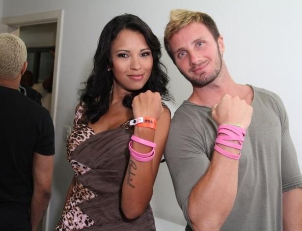 A ex-BBB Ariadna posa junto do namorado Gabriele Benedetti em evento do Grupo Revelação no Rio de Janeiro (3/9/12)