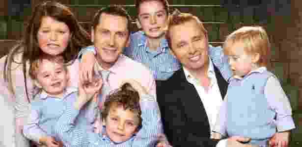 """Barrie e Tony Drewitt-Barlow e seus filhos: """"nova família"""" com ajuda de doadora de óvulos brasileira - Anthony McAndrew"""