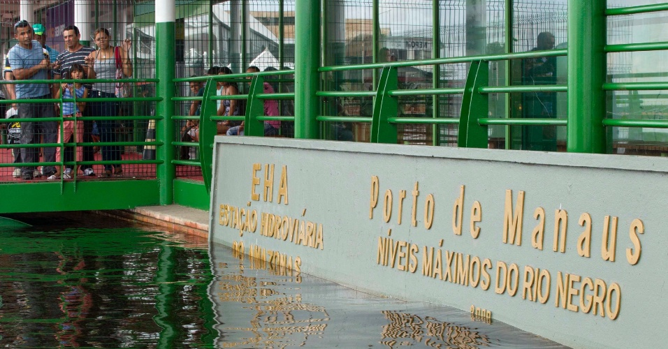 Cheia do rio Negro de 2012 ultrapassa marca histórica no porto de Manaus, no Amazonas