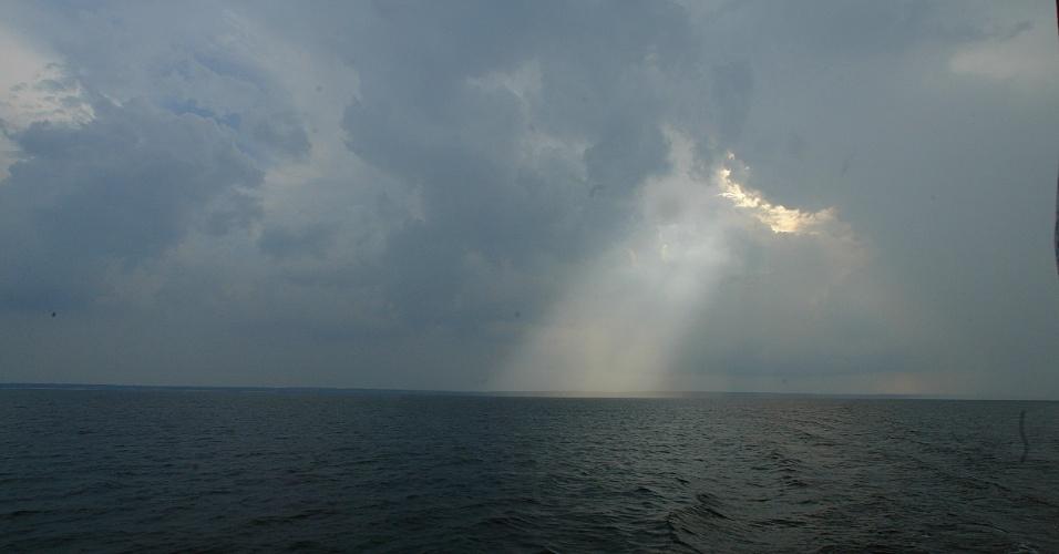 04.set.2012 - [foto de arquivo] Vista da chuva sobre o rio Negro, no Amazonas