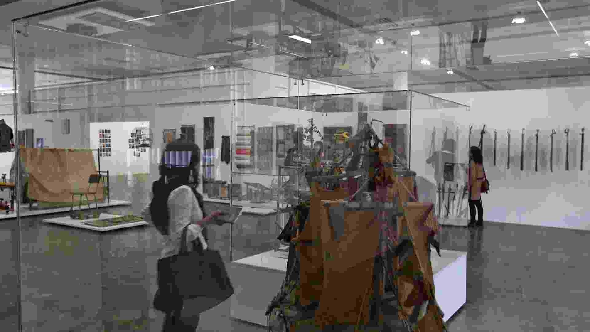 Convidado observa obra do artista brasileiro Arthur Bispo do Rosario, na 30ª Bienal de Arte, no Pavilhão da Bienal, em São Paulo (4/9/12) - Leandro Moraes/UOL